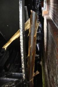 paaltje tussen krooshek door in het het draaiende scheprad. Diverse wiggen van het scheprad en wielen zten daarna los.